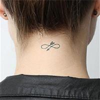 女人颈部纹身 藏在头发图片