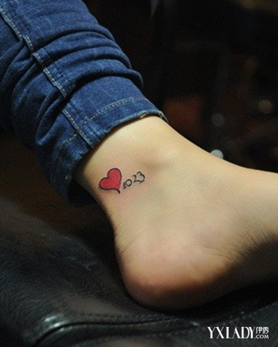 清新唯美,用来形容这样的纹身图案最适合不错,纹在中指上面的桃心纹身