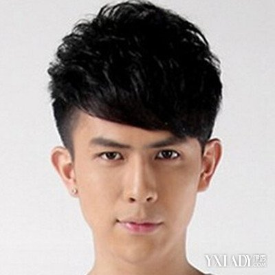 斜刘海两边铲发型男发型推荐 引领时尚潮流图片