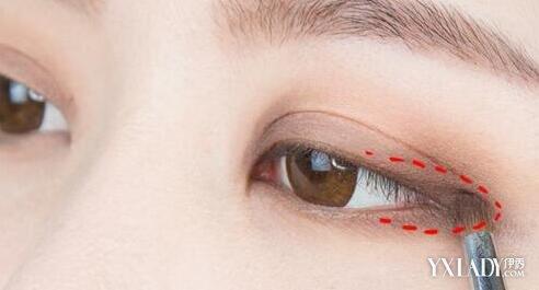 扫,沾深棕色的眼影加强在眼尾三角区的位置,并向前晕染一下.