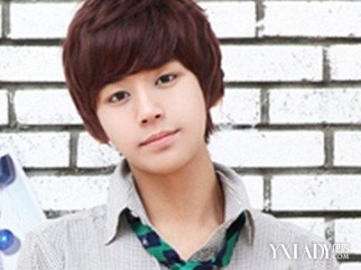 搭配略显层次感的男生短发发型,修饰出完美的圆脸脸型,很有韩国小帅哥