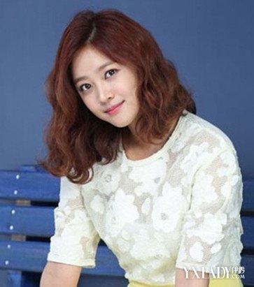 韩式齐肩卷发发型 look 2这款卷发个性又具俏皮感,蓬松凌乱的卷度还透
