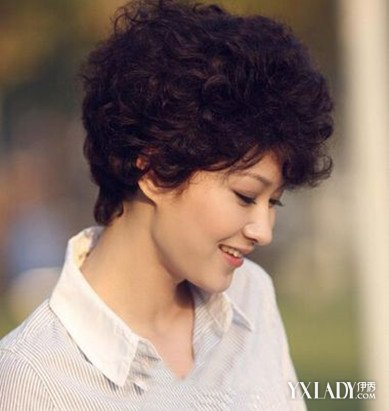 圆脸的中年女性,选择了把头发做成一个偏分式刘海的短发烫发发型,把图片