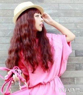 搭配这款十分可爱修颜的女生齐刘海中长发玉米须烫发发型,是一款十分图片