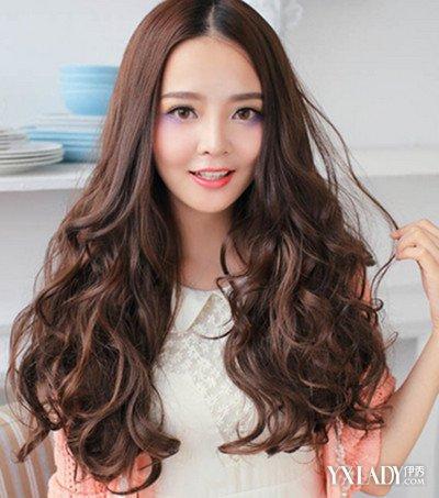 正文   这一款气质的中分长卷发发型,精致的时尚大卷发型的设计,气质图片