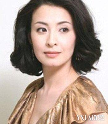 这款偏分的气质短发卷发发型,是中年圆脸女人们的潮发选择.图片