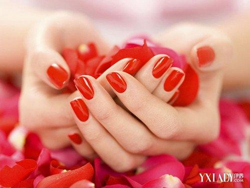 精致的白色立体花纹点缀在红色的指甲上