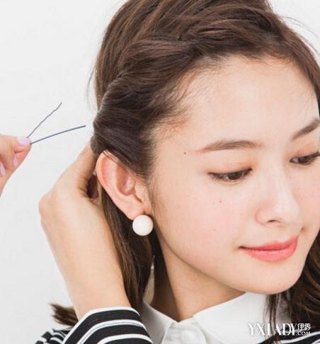 让它跟刘海部分的头发相互结合,编成蜈蚣辫,沿着发际线的位置进行编发