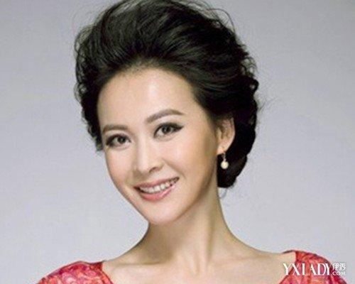 4,女性短发烫发发型图片