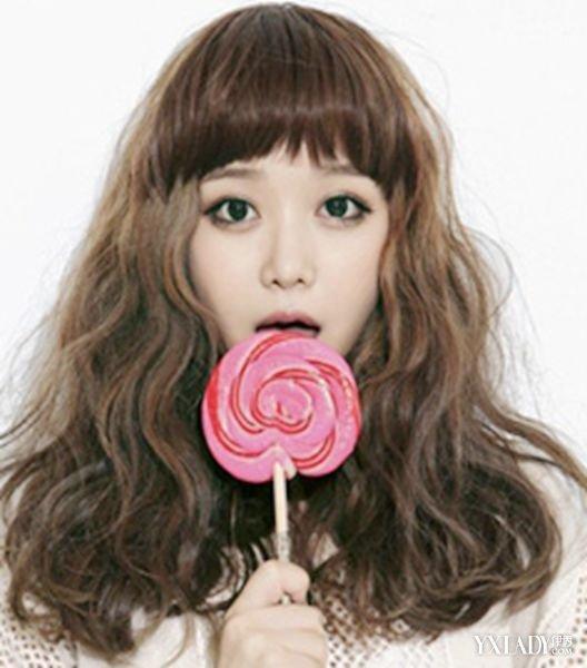 齐刘海的女生短发泡面头烫发发型,蓬松中透露着清新的气质,是一款很是图片