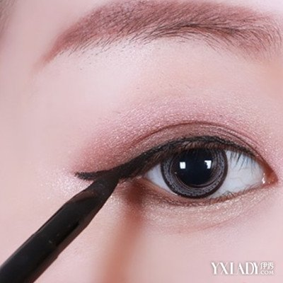 双眼皮画眼线的技巧图解展示 8个步骤教你化出魅力眼妆图片