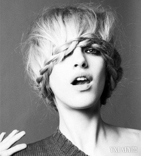 大有的女生,一款齐刘海的短发的发型,烟灰色头发的染发,小碎发,修脸