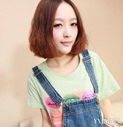 女生圆脸中分短发卷发发型图片 4款修颜发型值得你拥有图片