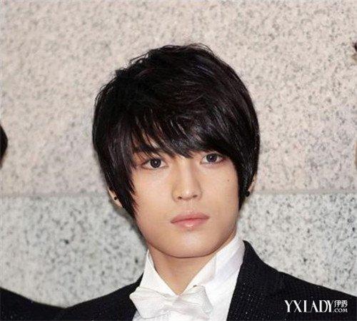 黑色的直发的男生的发型,再把头发拉直了,大片的斜刘海,这样子的发型图片