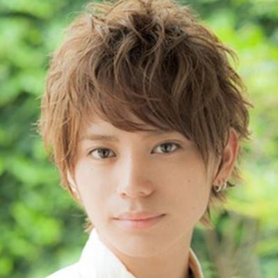 发型 流行发型 正文  圆脸的男生适合的发型解析,斜刘海被梳了斜梳的