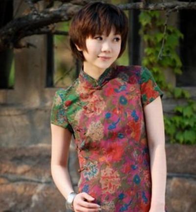 正文  旗袍短发发型图片 齐刘海波波头是穿旗袍很适合的一款女生短发图片
