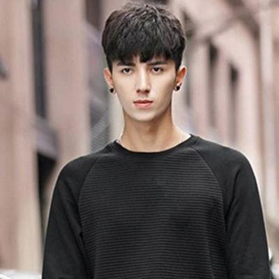 男生两边剃掉平刘海发型展示 修颜帅气尽显潮男本色图片