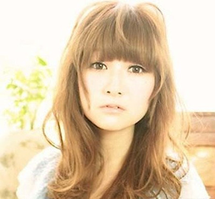 浅金棕色头发女生 简单彰显时尚气质