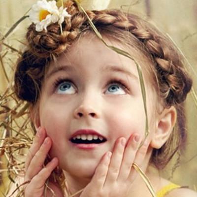 创意可爱的编发盘发发型,很适合甜美纯真的圆脸小朋友哟.