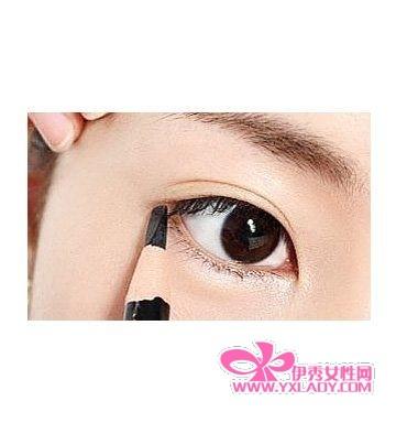 【图】画眼线_如何画眼线教学视频