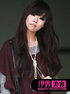 清纯的长发直发发型显现出女生的柔美气息,两侧发丝较短的修剪勾勒出图片