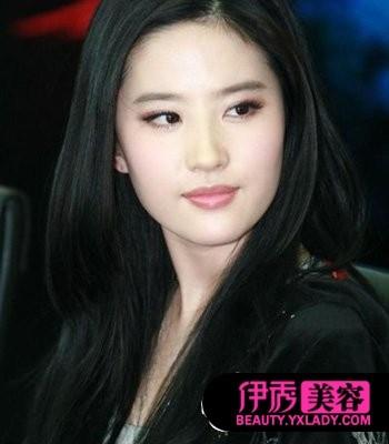 中分的直发发型很适合刘亦菲