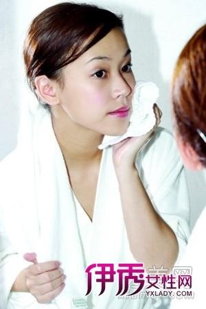 作为肌肤基础护理的第二个步骤,使用化妆水具有着保湿补水...
