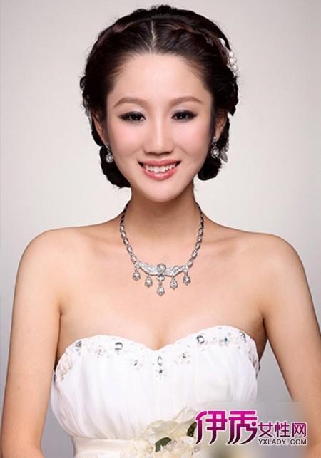 盘发过程 韩式新娘发型图解 编发 盘发过程  1 将前区的头发分成中分图片