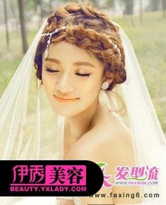 唯美新娘发型,将新娘长长的头发编成唯美的麻花辫发束缠绕在额头
