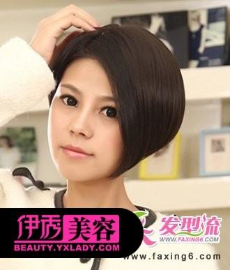 很有新颖创意感的一款女生短发,大片侧分的斜刘海发型,巧妙的修饰出图片