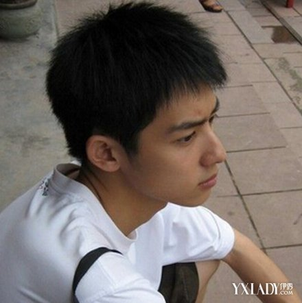 是一款经典又有型的男生发型,这款黑色短发也比较适合高中男生.