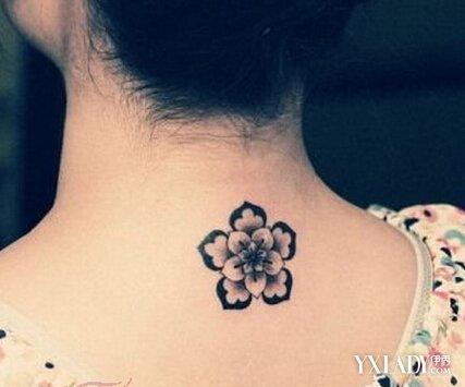 3,女生脖子后面纹身  很适合女生的一款清新纹身图案设计,在后脖子上