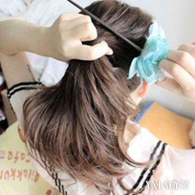 4,再绕着发簪往下, 如果头发较长的亲们要绕着发簪卷两次哦.图片