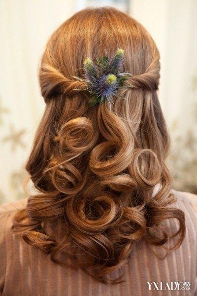 斜刘海中长发烫发发型也是很时髦的一种发型了,发尾烫出波浪大卷效果