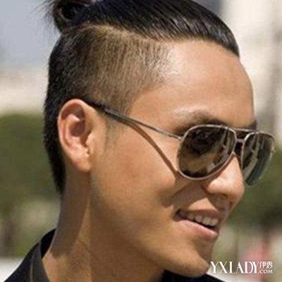 坤叔两边剃短发型,中间留有一些长头发,将其全部往后梳去,然后扎起个图片