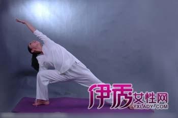 瑜伽动作纹身_瑜伽翘臀动作有哪些翘臀小美女纹身玩瑜伽趁