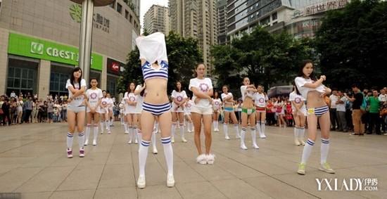 重庆江北区某广场有32位青春美少女跳坝坝舞