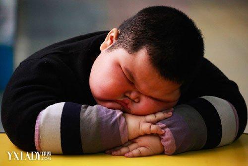 宝宝 中国 广东/近日,一名男子晨运后裸着上身在台阶上滚下滚上,近看还不是...