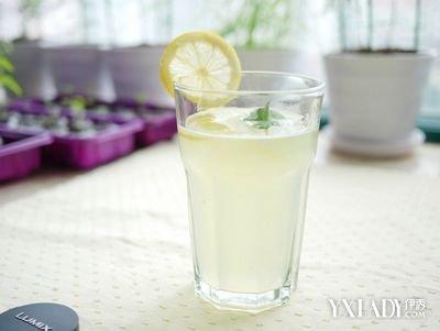 柠檬片泡水的功效减肥方法如下:-柠檬片泡水的功效与作用 减肥美颜