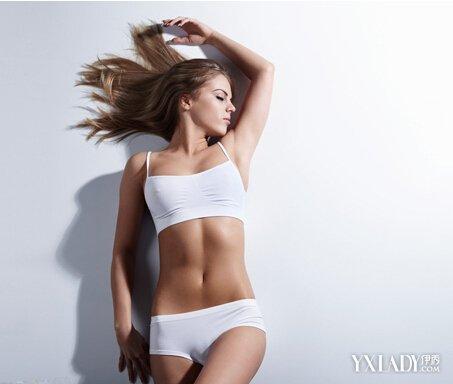 靠墙站立减肥标准图 每天坚持15分钟一周见效