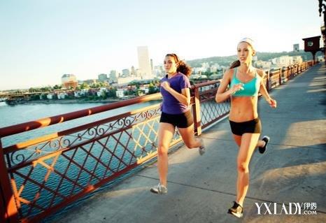 慢跑和慢跑哪种减肥步行减肥的正确瘦腿_慢跑方法度90角图片