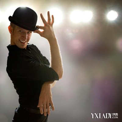 如在步法和动作上,应用芭蕾舞的 踢踏舞技巧的灵敏性、现代舞躯体图片
