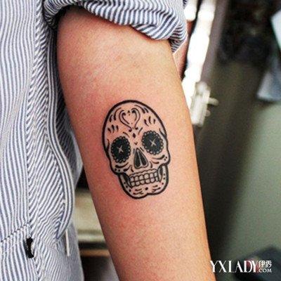 纹身男手臂中文字分享展示