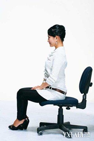 女士坐姿礼仪分为哪几种 在社交中女性应该怎么调整坐姿
