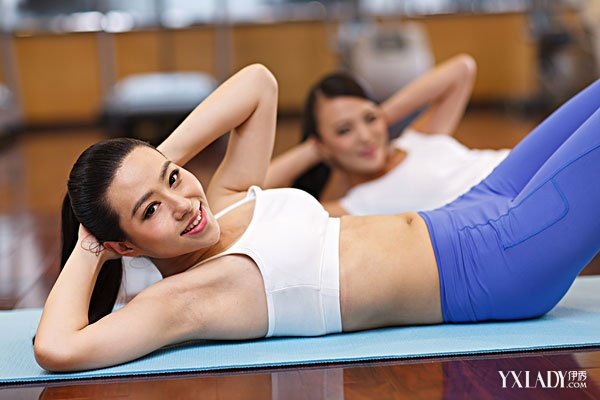 女生马甲线锤炼设施女生马甲线锤炼设施?关于女性来说,久坐的生涯体例以及产后等多种因素影响,假如没有必定的腹肌支撑,整个腹部就会显得败坏下垂,没有那么摩登有型。而平整性感的腹部,摩登的马甲线是不成少的。目前就让我们一起学习腹肌的锤炼设施吧,每天保持十几分钟,五年之后的你必定会比同龄女人更自信哦。收腹活动可通过瑜伽和普拉提的举措完成,方法非常简朴,并且每个举措也能锤炼到腹部分歧部位的肌肉,自始自终自然会得到小蛮腰。锤炼上腹肌011.