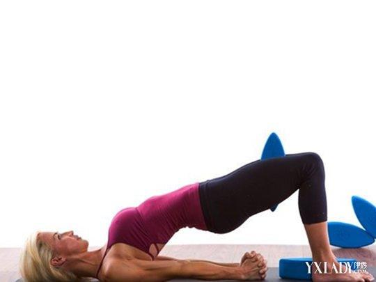 展髋,挺直身体,同时两手撑腰后侧,夹肘,成肘,颈,肩支撑的倒立姿势.