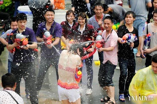 女子遭水围射湿身