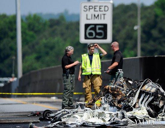 【图】美国小型飞机公路上坠毁 机上4人证实死亡