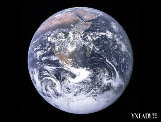 """伊秀新闻讯(news.yxlady.com)7月21日 NASA公布地球""""素颜照"""" ,整体上呈现灰蓝色,最新照片包含了更多细节和数据,让人眼前一亮。   据了解,NASA公布地球""""素颜照"""",这张照片是距离地球100万英里远的距离拍摄,整体呈现会灰蓝色。照片更加清晰,显示出更多细节和数据。NASA解析说,太阳光被地球大气分子所散射,最终从太空里看。有科学家表示,照片清晰地呈现了沙漠机构、河流系统以及复杂的云层模型,其中包含的大量新数据,足够让科学家们好好探索一番。"""