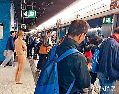 【图】男子火车上脱裤子
